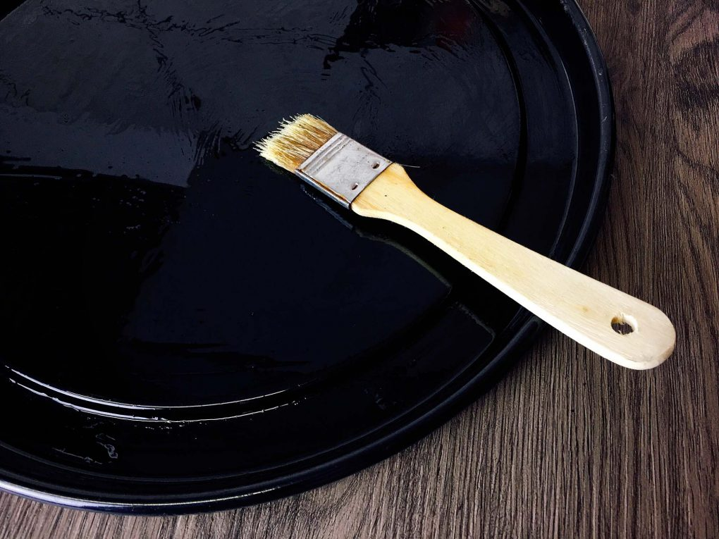 Brush the baking pan with oil